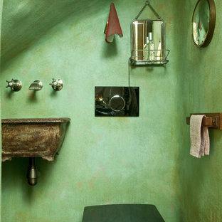 Idées déco pour un WC et toilettes éclectique de taille moyenne avec un lavabo suspendu, un WC suspendu et un mur vert.