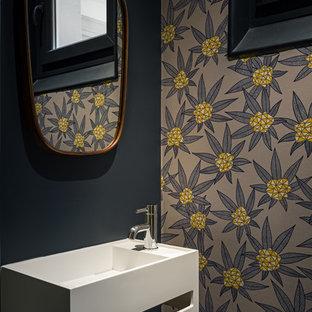 Inspiration pour un petit WC et toilettes design avec un mur multicolore et un lavabo suspendu.