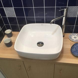 Свежая идея для дизайна: маленький туалет в классическом стиле с плоскими фасадами, светлыми деревянными фасадами, унитазом-моноблоком, синей плиткой, терракотовой плиткой, белыми стенами, полом из керамической плитки, накладной раковиной, столешницей из дерева, бежевым полом и бежевой столешницей - отличное фото интерьера