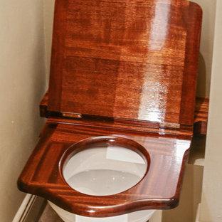 Неиссякаемый источник вдохновения для домашнего уюта: туалет в стиле современная классика с унитазом-моноблоком, бежевыми стенами и полом из терракотовой плитки