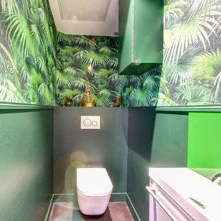 Идея дизайна: маленький туалет в морском стиле с инсталляцией, зелеными стенами, бетонным полом, подвесной раковиной и серым полом