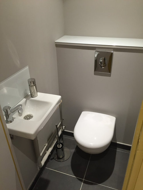 Photos et id es d co de wc et toilettes avec un wc suspendu et un mur jaune for Idee deco toilette design