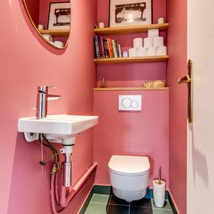 Bild på ett mellanstort funkis toalett, med en vägghängd toalettstol, rosa väggar, klinkergolv i keramik, ett väggmonterat handfat och grönt golv