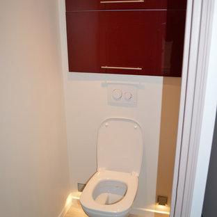 Идея дизайна: маленький туалет в современном стиле с фасадами с декоративным кантом, красными фасадами, инсталляцией, белыми стенами, светлым паркетным полом и коричневым полом