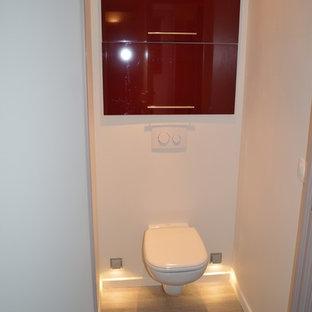 Esempio di un piccolo bagno di servizio minimal con ante a filo, ante rosse, WC sospeso, pareti bianche, parquet chiaro e pavimento marrone