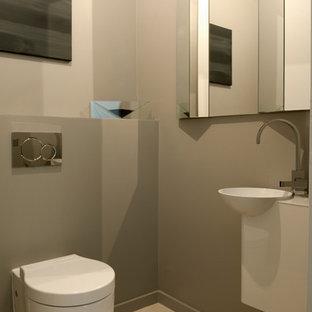 Ispirazione per un bagno di servizio design di medie dimensioni con WC sospeso, pareti beige, pavimento in cementine, top in acciaio inossidabile, pavimento beige e top bianco