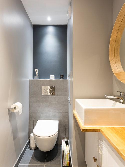 cette photo montre des petits wc et toilettes scandinaves avec un placard porte plane