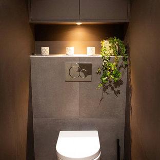 Идея дизайна: маленький туалет в стиле модернизм с инсталляцией, коричневой плиткой, керамической плиткой, коричневыми стенами, полом из керамической плитки, белым полом, фасадами с декоративным кантом и коричневыми фасадами