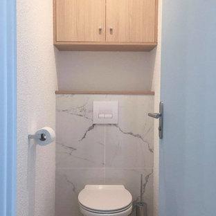 Неиссякаемый источник вдохновения для домашнего уюта: туалет среднего размера в морском стиле с фасадами с утопленной филенкой, коричневыми фасадами, инсталляцией, белой плиткой, мраморной плиткой, белыми стенами, полом из ламината, столешницей из ламината, коричневым полом и коричневой столешницей