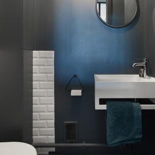 Foto di un piccolo bagno di servizio scandinavo con ante bianche, WC sospeso, piastrelle bianche, piastrelle diamantate, pareti blu, pavimento in terracotta, lavabo sospeso e pavimento multicolore