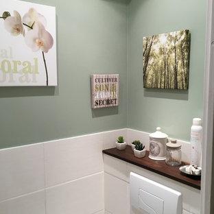 Ejemplo de aseo contemporáneo, pequeño, con sanitario de pared, baldosas y/o azulejos verdes, baldosas y/o azulejos de cerámica, paredes verdes, encimera de azulejos, suelo de baldosas de cerámica y lavabo suspendido