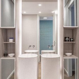 Стильный дизайн: большой туалет в современном стиле с стеклянными фасадами, фасадами цвета дерева среднего тона, бежевыми стенами, паркетным полом среднего тона, раковиной с пьедесталом и бежевым полом - последний тренд