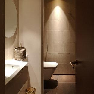 Источник вдохновения для домашнего уюта: маленький туалет в стиле современная классика с фасадами с декоративным кантом, бежевыми фасадами, инсталляцией, бежевой плиткой, керамической плиткой, бежевыми стенами, бетонным полом, подвесной раковиной и черным полом