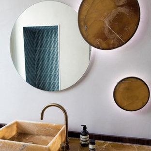Aménagement d'un WC et toilettes contemporain avec un mur blanc, une vasque et un plan de toilette marron.