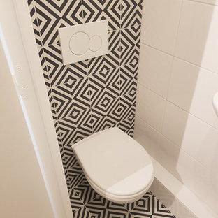 На фото: большой туалет в современном стиле с инсталляцией, черно-белой плиткой, цементной плиткой, белыми стенами и белым полом с
