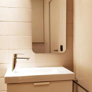 Immagine di un piccolo bagno di servizio tradizionale con WC sospeso, piastrelle beige, piastrelle in ceramica, pareti beige, pavimento con piastrelle in ceramica, lavabo a bacinella, pavimento rosso e top bianco