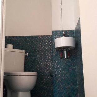 Idee per un piccolo bagno di servizio tradizionale con WC monopezzo, piastrelle a mosaico, pareti verdi, pavimento con piastrelle a mosaico, lavabo sospeso e pavimento verde