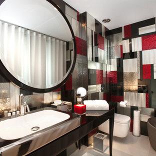 Aménagement d'un WC et toilettes contemporain avec un placard en trompe-l'oeil, des portes de placard noires, un WC suspendu, un carrelage multicolore, un mur multicolore et un sol blanc.
