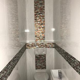 Идея дизайна: туалет среднего размера в стиле модернизм с фасадами с декоративным кантом, светлыми деревянными фасадами, инсталляцией, разноцветной плиткой, керамогранитной плиткой, белыми стенами, полом из керамической плитки, подвесной раковиной, столешницей из плитки, серым полом и разноцветной столешницей