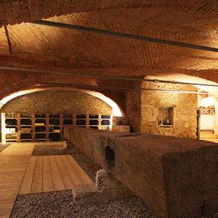 Aménagement d'une très grand cave à vin romantique avec un présentoir.