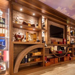 Imagen de bodega contemporánea, grande, con suelo de madera en tonos medios y botelleros
