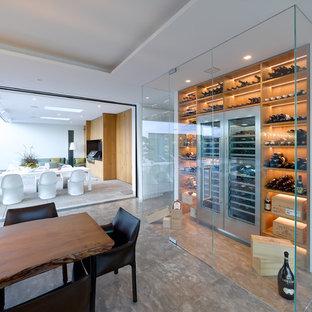Immagine di una grande cantina minimal con rastrelliere portabottiglie e pavimento grigio