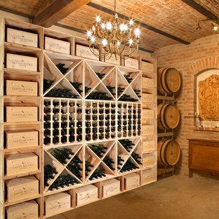 Idéer för en stor klassisk vinkällare, med vinställ med diagonal vinförvaring och betonggolv