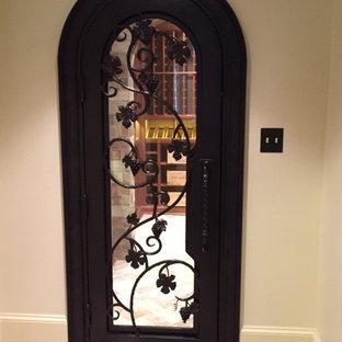Diseño de bodega clásica, de tamaño medio, con suelo de baldosas de terracota, vitrinas expositoras y suelo marrón
