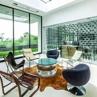 Idee per una cantina design di medie dimensioni con pavimento in cemento, rastrelliere portabottiglie e pavimento bianco
