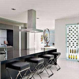 Immagine di una cantina design di medie dimensioni con pavimento in cemento, rastrelliere portabottiglie e pavimento bianco