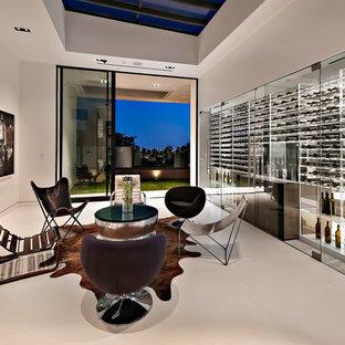 Foto di una cantina contemporanea di medie dimensioni con pavimento in cemento, rastrelliere portabottiglie e pavimento bianco