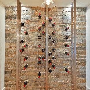 Idéer för att renovera en mellanstor lantlig vinkällare, med ljust trägolv och vinhyllor