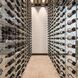 Inspiration för en stor funkis vinkällare, med kalkstensgolv, vindisplay och beiget golv