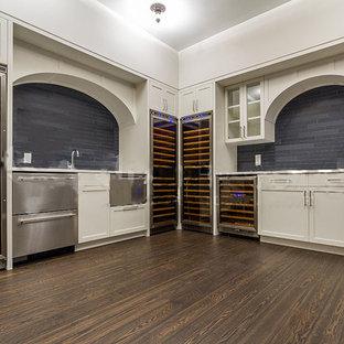 ニューヨークの大きい北欧スタイルのおしゃれなワインセラー (濃色無垢フローリング、ワインラック、茶色い床) の写真