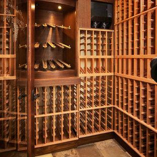 デンバーの中サイズの地中海スタイルのおしゃれなワインセラー (スレートの床、ワインラック、ベージュの床) の写真
