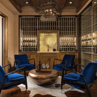 Idéer för en medelhavsstil vinkällare, med mörkt trägolv, vinhyllor och brunt golv