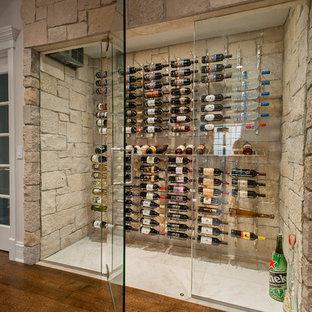 Cette image montre une cave à vin design de taille moyenne avec un sol en calcaire et des casiers.