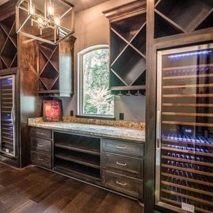 Aménagement d'une cave à vin classique de taille moyenne avec un sol en bois brun et des casiers losange.
