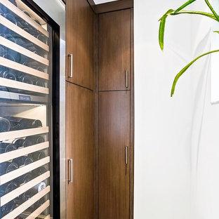 Ispirazione per una piccola cantina moderna con pavimento in ardesia