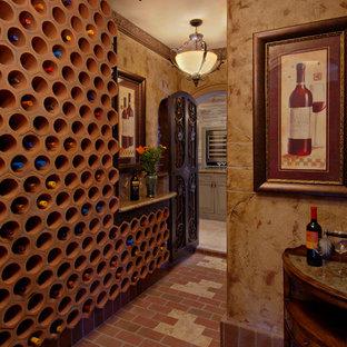 Inredning av en medelhavsstil stor vinkällare, med tegelgolv och vinhyllor
