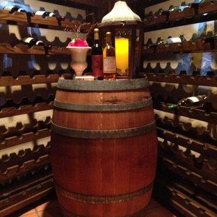 Foto på en stor vintage vinkällare, med vinhyllor