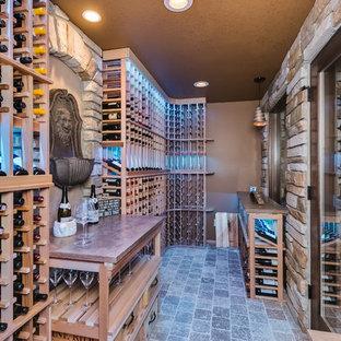 Inspiration för klassiska vinkällare, med vinhyllor och grått golv