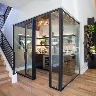 Foto di una cantina moderna con parquet chiaro