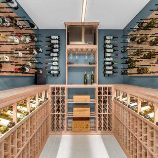 Idée de décoration pour une grand cave à vin design avec un sol en carrelage de céramique, des casiers et un sol blanc.