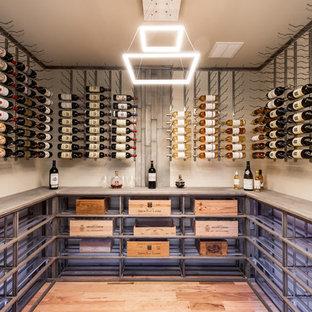 Réalisation d'une cave à vin urbaine avec un sol en bois brun, un présentoir et un sol marron.