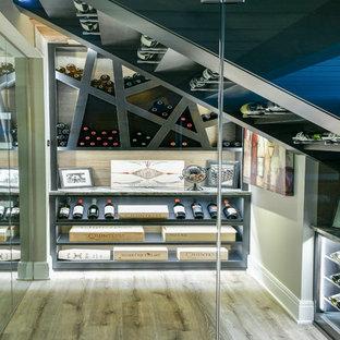 Réalisation d'une cave à vin design de taille moyenne avec un sol en vinyl, un présentoir et un sol beige.