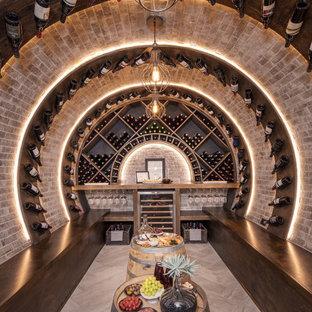 Bild på en mellanstor rustik vinkällare, med klinkergolv i keramik, vindisplay och beiget golv