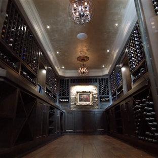 バンクーバーの大きいトラディショナルスタイルのおしゃれなワインセラー (無垢フローリング、ディスプレイラック) の写真