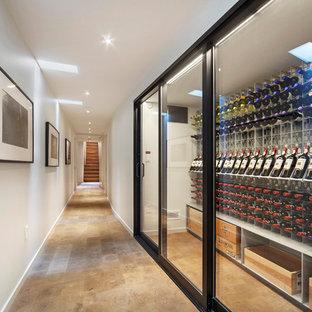 Aménagement d'une cave à vin contemporaine avec un sol marron et un présentoir.