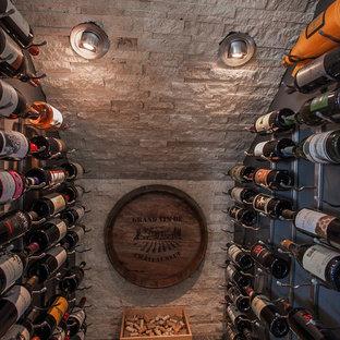 Idéer för funkis vinkällare, med mörkt trägolv, vinhyllor och grått golv